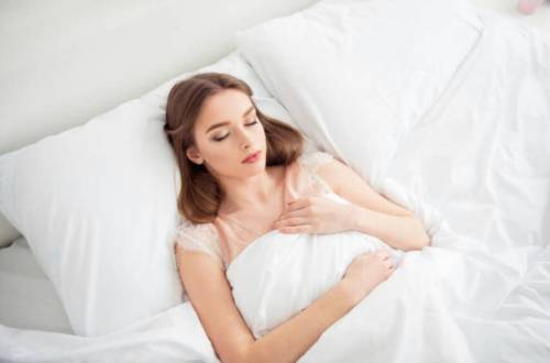 女人靠著枕頭躺在床上睡覺