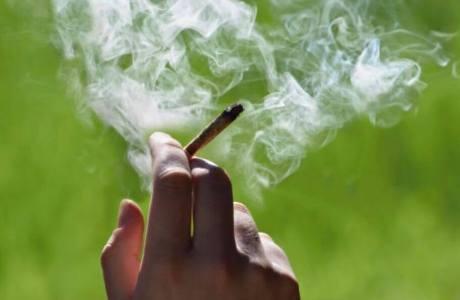 手拿著香菸 煙在飄