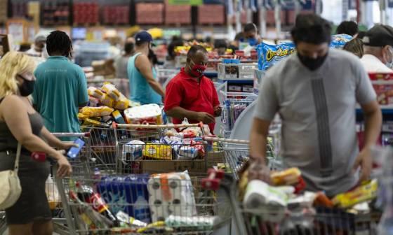 Com a crise, itens como comida para bebês e sorvetes saíram da cesta de compras dos brasileiros Foto: Leo Martins / Agência O Globo