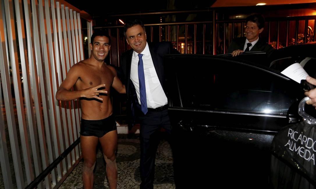 Aécio Neves, ao deixar seu apartamento em Ipanema, fez fotos com banhistas que estavam na orla Foto: Hudson Pontes / Agência O Globo