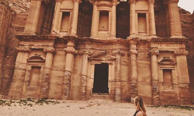 A jovem visitou o sítio arqueológico de Petra, na Jordânia DIVULGAÇÃO
