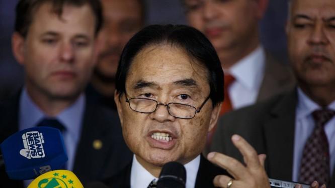 O deputado Hidekazu Takayama (PSC-PR) durante entrevista no Salão Verde da Câmara Foto: Daniel Marenco / Agência O Globo