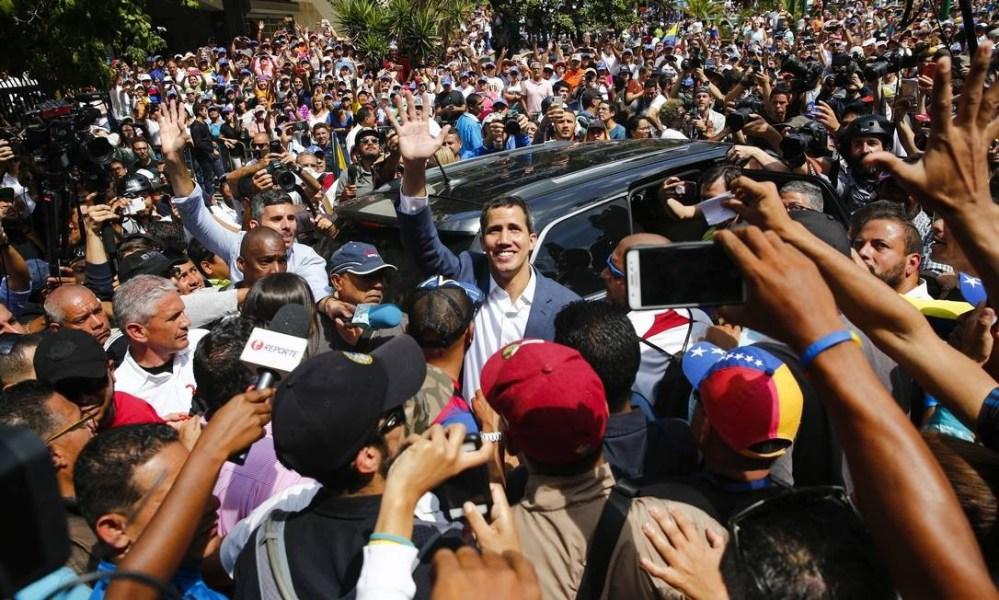 As manifestações de rua contra o governo Maduro nunca foram tão grandes. Abaixo, Juan Guaidó participa de ato em Caracas no sábado dia 2 Foto: Marco Bello / Agência O Globo