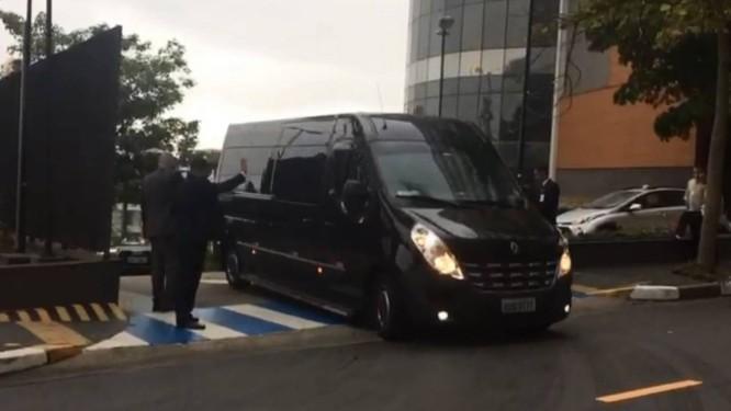 Presidente Jair Bolsonaro deixa Hospital Albert Einstein em comboio de van e carros Foto: Cristiane Agostini / Valor/Agência O Globo