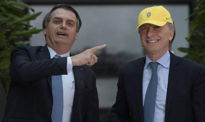 Macri veste um boné da seleção brasileira ao receber Bolsonaro; foi a primeira visita do brasileiro à Argentina, e o terceiro encontro entre os dois presidentes Foto: JUAN MABROMATA / AFP