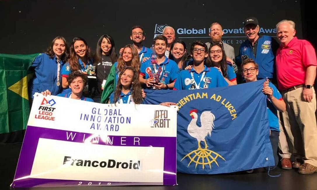 Estudantes cariocas ganham prêmio internacional por criarem coletor menstrual para astronautas