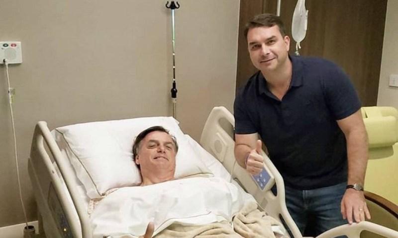 Bolsonaro e o filho Flávio após cirurgia em hospital, em SP Foto: Reprodução