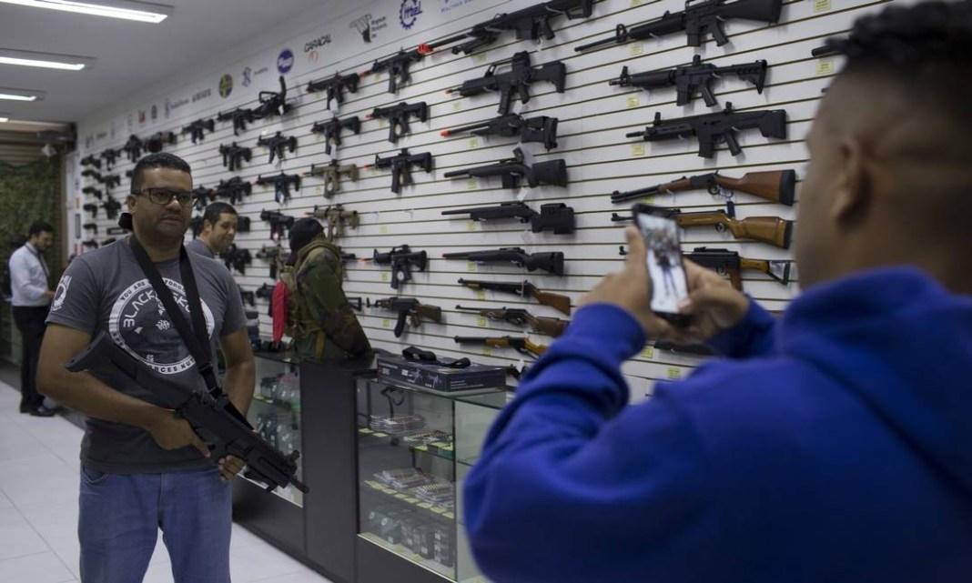 Número de registros de armas vem crescendo praticamente ininterruptamente desde janeiro, de acordo com a Polícia Federal Foto: Edilson Dantas / Agência O Globo