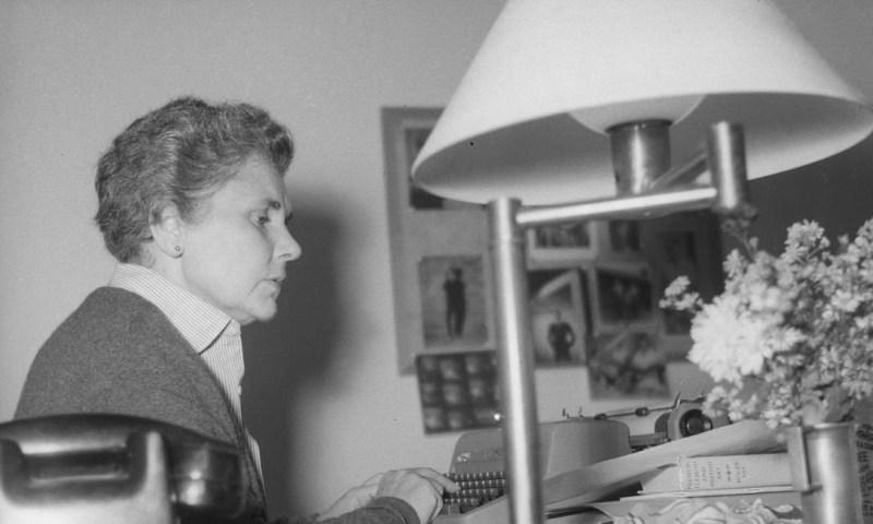 A escritora americana Elizabeth Bishop em sua casa em Petrópolis, no ano de 1956 Foto: Arquivo / Agência O Globo