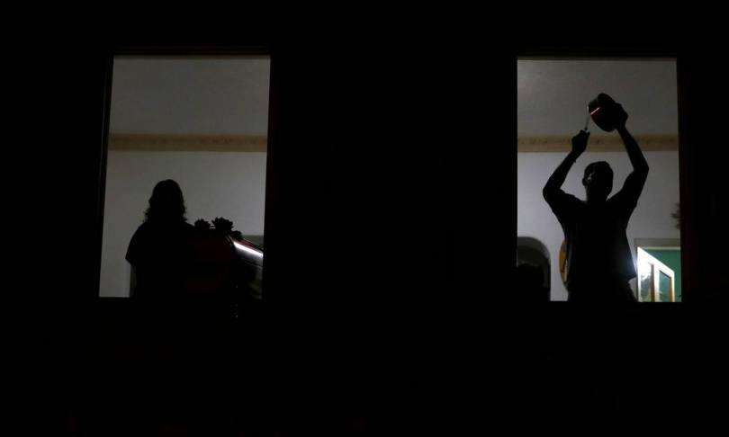 Manifestantes participam de panelaço durante pronunciamento do presidente Jair Bolonaro na TV. A cena ser repete a cada pronunciamento em rede nacional durante a pandemia. A mudança de tom do negacionismo ao pró-vacina não mudou a reação da população Foto: PILAR OLIVARES / REUTERS - 24/03/2019