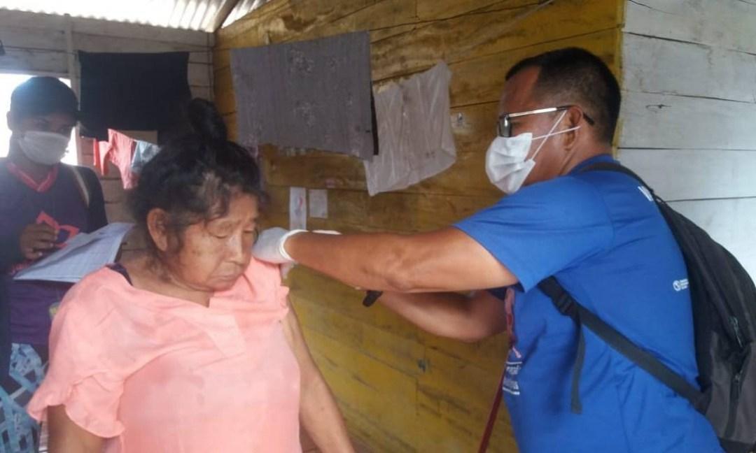 A indígena Suzane da Silva Pereira (atrás da paciente) durante atendimento às aldeis no Alto Solimões, no Amazonas Foto: Arquivo Pessoal