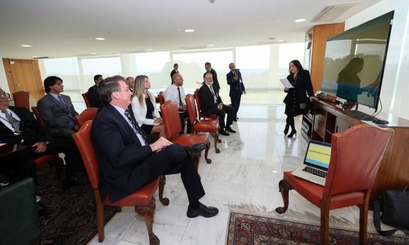 Regina Duarte discursa durante reunião que contou com a presença de Jair Bolsonaro e do ministro do Turismo Marcelo Álvaro Antônio Foto: Isac Nóbrega/PR/Divulgação