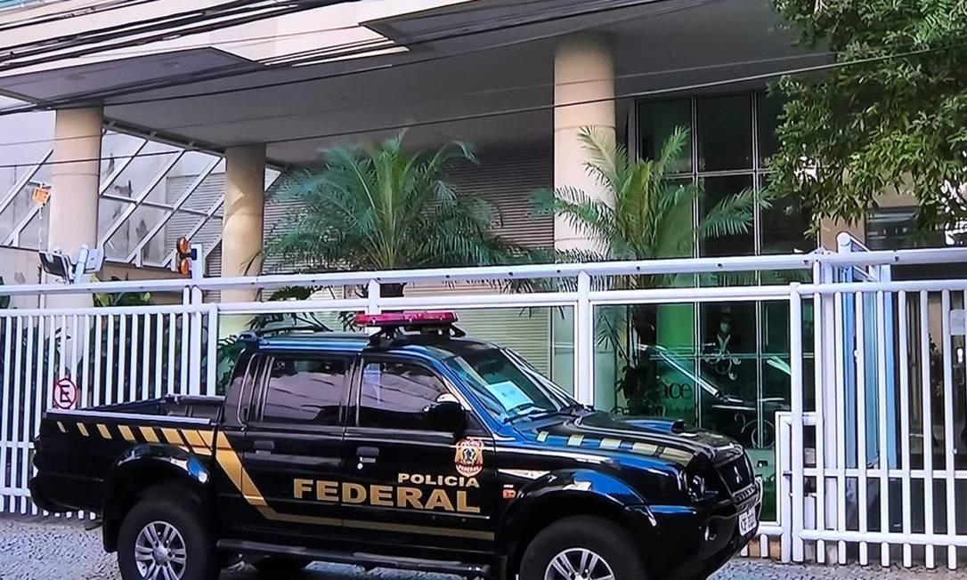 Equipe da PF cumpre mandado de busca na casa do ex-secretário de Saúde Edmar Santos Foto: Reprodução TV Globo