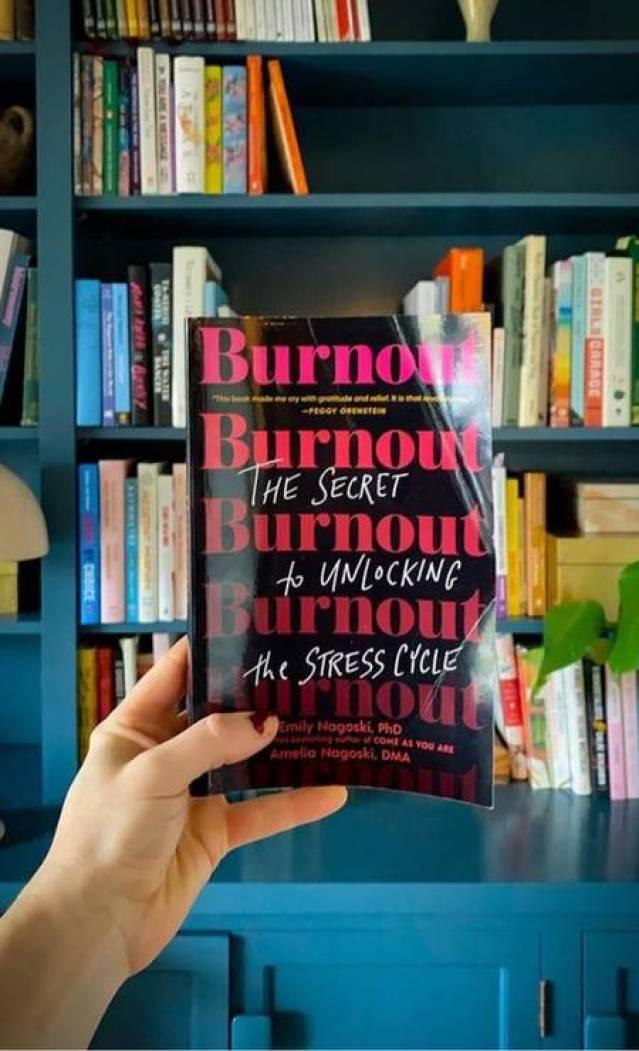 """O livro """"Burnout: O segredo para romper com o ciclo de estresse"""", de Emily Nagoski, doutora em medicina comportamental, e Amelia Nagoski, sobrevivente da síndrome, chega este mês no Brasil Foto: Reprodução"""