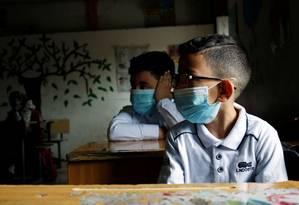 Crianças na escola em Bagdá, Iraque, que também reabriu suas escolas Foto: REUTERS / Saba Kareem / REUTERS