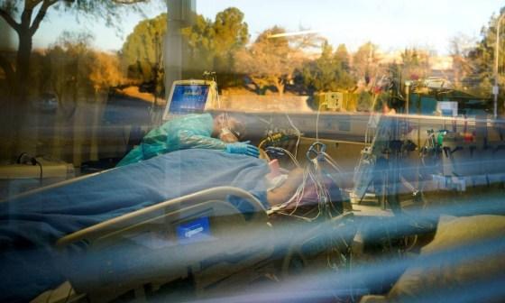 A enfermeira Carolina Garcia, 36, cuida do pai, Jose Garcia, 67, intubado e sedado devido a COVID-19 no Memorial Medical Center em Las Cruces, Novo México Foto: PAUL RATJE / REUTERS - 29/11/2020