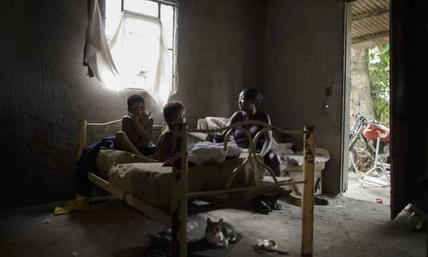 Simone Souza Bernardes, 49 years old.  She and her children, Aline, 6, Marcos and Naiara, 15, live in the rural area of Nova Iguaçu, Baixada Fluminense Photo: Márcia Foletto / Agência O Globo
