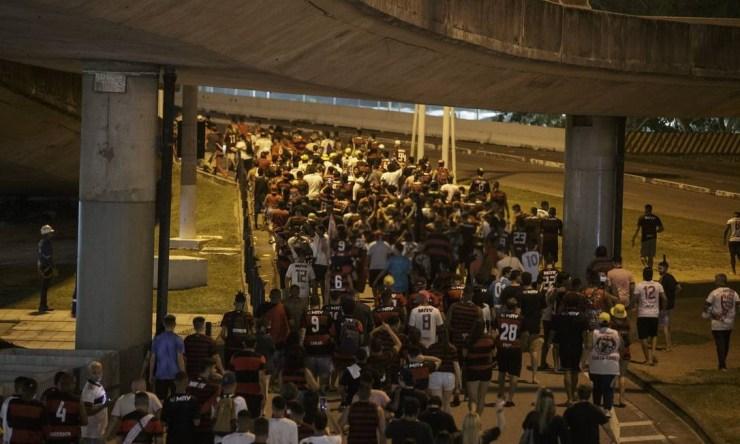 Torcedores do Flamengo lotam pistas do Aeropoto do Galeão Foto: Alexandre Cassiano / Agência O Globo