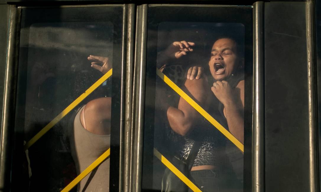 O grito do subúrbio. Mulher é imprensada contra porta de ônibus do BRT no Mato Alto, Campo Grande, Zona Oeste do Rio Foto: Brenno Carvalho / Agência O Globo
