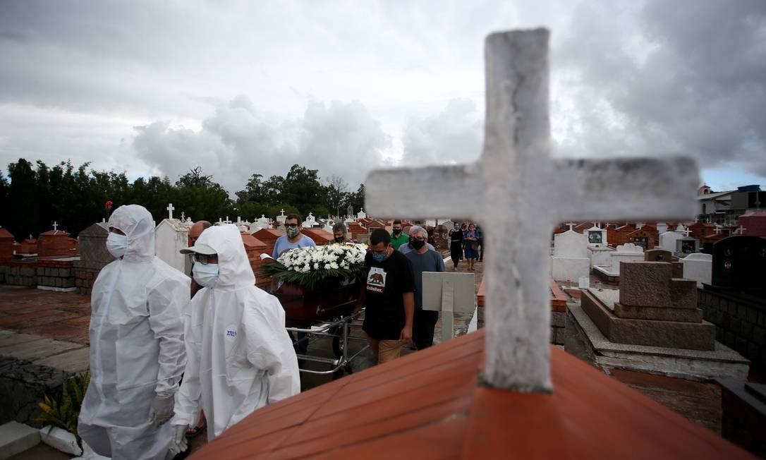 Parentes e amigos carregam o caixão durante o enterro de Paulo Carletti, 76, falecido por coronavírus, no cemitério de Belém Novo, em Porto Alegre, Rio Grande do Sul Foto: Diego Vara / Reuters - 05/03/2021