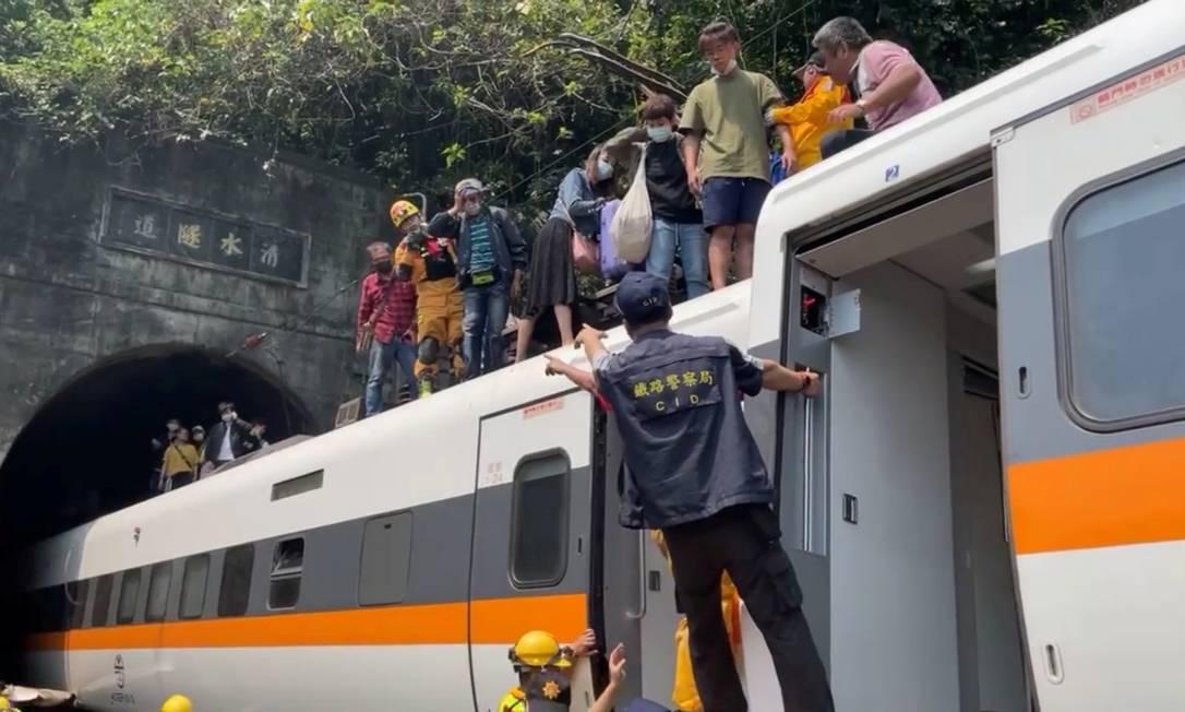 Equipes de resgate ajudam passageiros a sair pelo teto do trem Foto: FACEBOOK @HUALIENFASTNEWS / VIA REUTERS/2-4-21