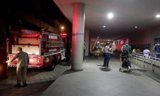 Bombeiros na entrada do Hospital Souza Aguiar Foto: Domingos Peixoto / Agência O Globo