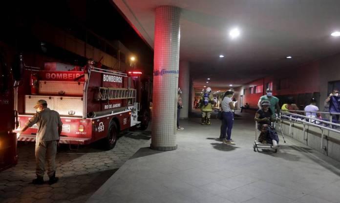 Firefighters at the entrance of Hospital Souza Aguiar Photo: Domingos Peixoto / Agência O Globo