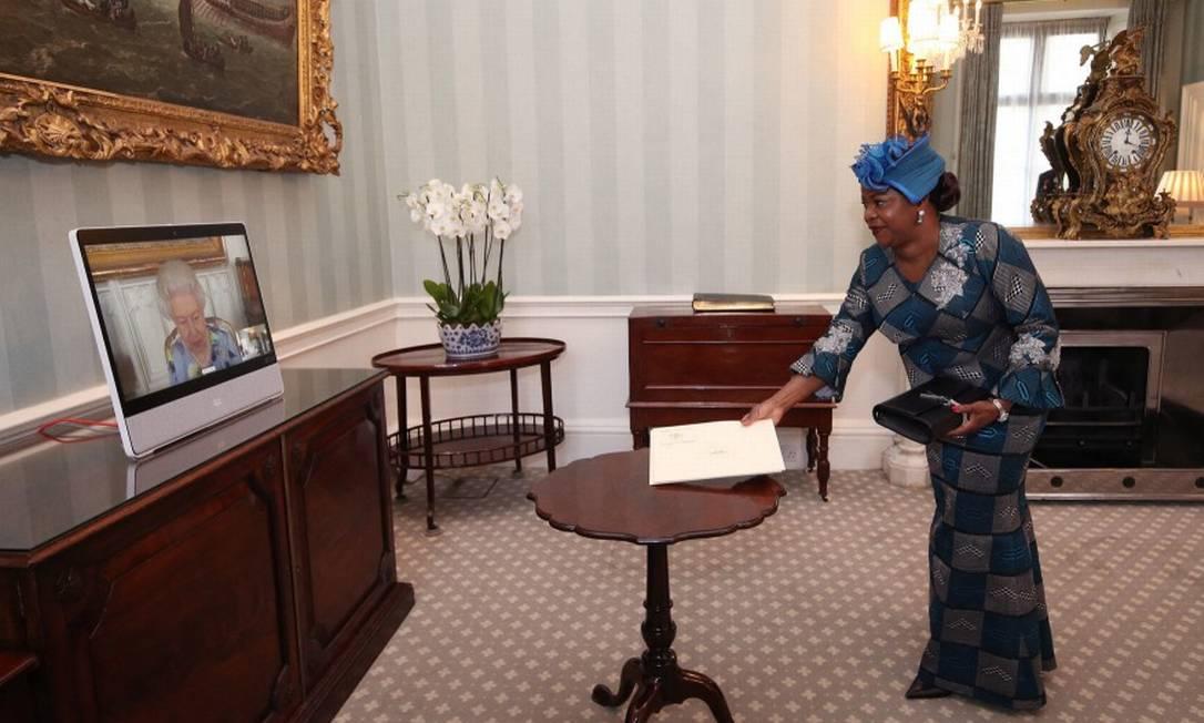 Elizabeth em encontro virtual com Sara Affoue Amani, embaixadora da Costa do Marfim Foto: YUI MOK / AFP