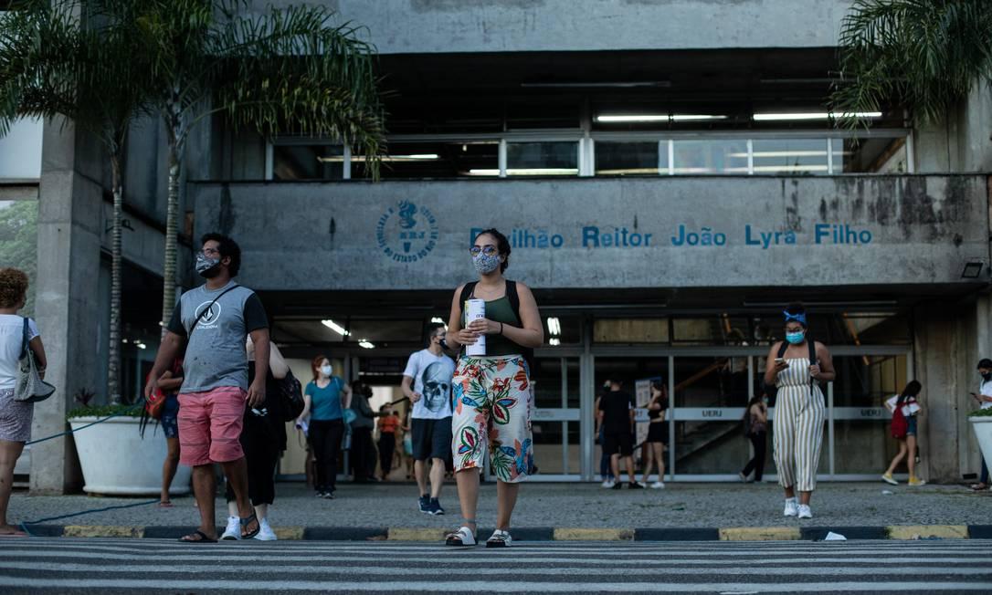 Candidatos saindo da prova do Enem na UERJ, em janeiro de 2021, durante a pandemia da Covid-19 Foto: Brenno Carvalho / Agência O Globo