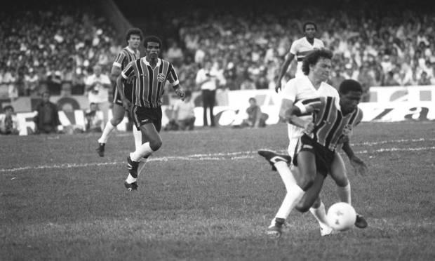 29th - GRÊMIO (1981) - The versatile Paulo Isidoro goes through Emerson, from São Paulo.  Photo: Archive/O Globo