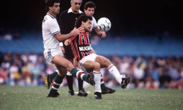 15th - SÃO PAULO (1986) - Careca tries to pass Vica, from Fluminense, at the 1986 Brazilian Nationals. Photo: Hipólito Pereira/Agência O Globo