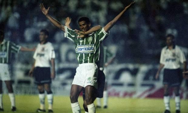 5th - PALMEIRAS (1994) - Rivaldo celebrates a goal against Corinthians, at Pacaembu.  Photo: Marcos Issa/O Globo