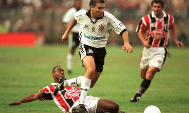 10th - CORINTHIANS (1999) - Luizão passes through Vagner, from São Paulo.  Photo: Reginaldo Castro/Lance!