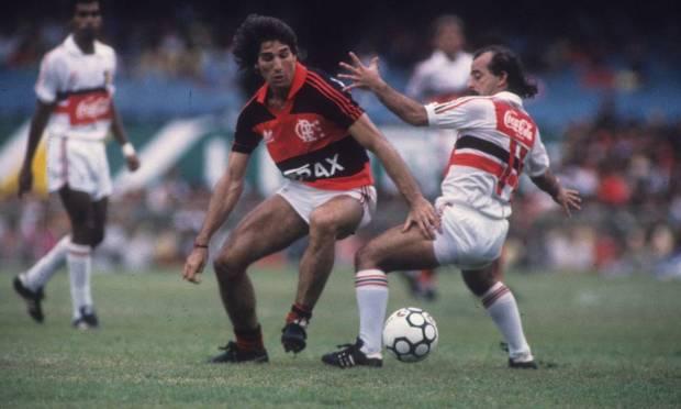 Striker Renato Portaluppi plays Santa Cruz defender, in a match valid for the 1987 Union Cup. Score: Flamengo 3 X 1 Santa Cruz Photo: Hipólito Pereira / Agência O Globo - 11/22/1987