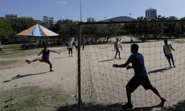 Aterro do Flamengo Park has been receiving a large number of visitors on weekends for social gatherings and collective sports. Photo: Gabriel de Paiva / Agência O Globo