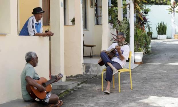 Back to routine.  Already vaccinated, the elderly of Retiro dos Artistas gather to play and sing in the evenings Photo: Domingos Peixoto / Agência O Globo