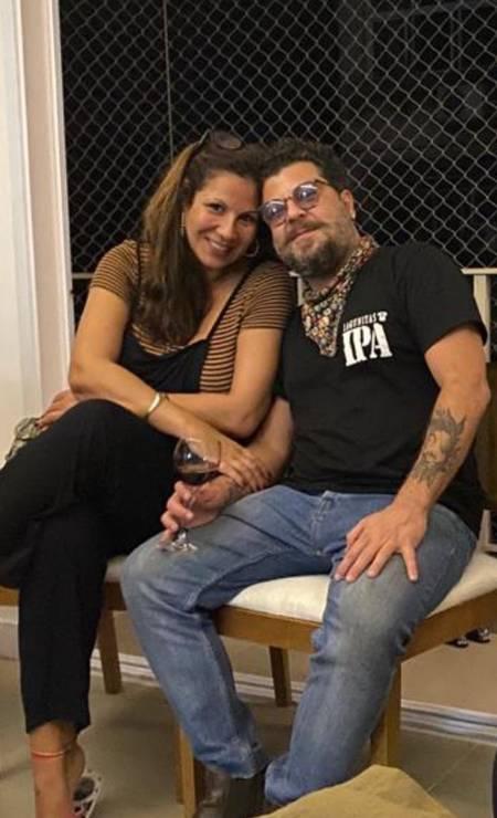 Advertiser, businessman and musician, known as Pirata do Arpoador, with his girlfriend, Carla Daniel Foto: Reproduction / Instagram