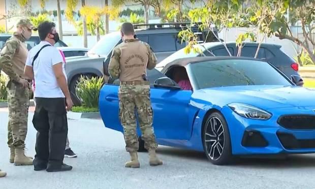 Sports cars found in the garage of the property in Barra da Tijuca where Glaidson was arrested Photo: Agência O Globo