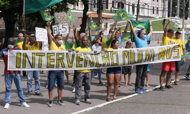 At a demonstration in Vila Militar, in Deodoro, Rio, pocket members asked for the return of the AI-5 Photo: Cléber Júnior / Agência O Globo 19-04-2020