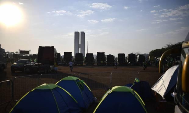 Supporters of President Jair Bolsonaro camp near the Esplanade of Ministries Photo: Mateus Bonomi / Agência O Globo