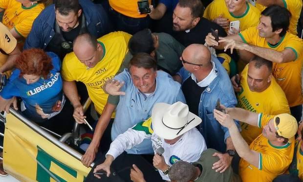 Moment when Bolsonaro arrives at the event to speak on a podium on Avenida Paulista Photo: Miguel Schincariol / AFP