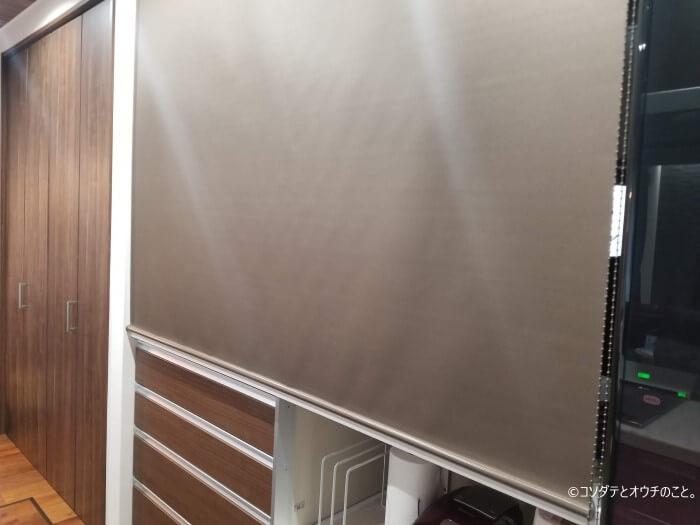 ロールスクリーンで目隠ししたキッチン(家電収納部分)