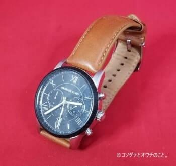 撮影ボックス(白ライト×赤背景)で撮った腕時計