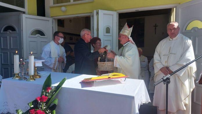 Ikqa kamenica poklon biskupu