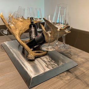 weinflaschenhalter, flaschenpraesentation, damhirsch, geschenk für jäger, forkl, österreich, oh my deer, chalet chic, weinglashalter, glashalter, geweih, geburtstagsgeschenk für jäger, edelstahl