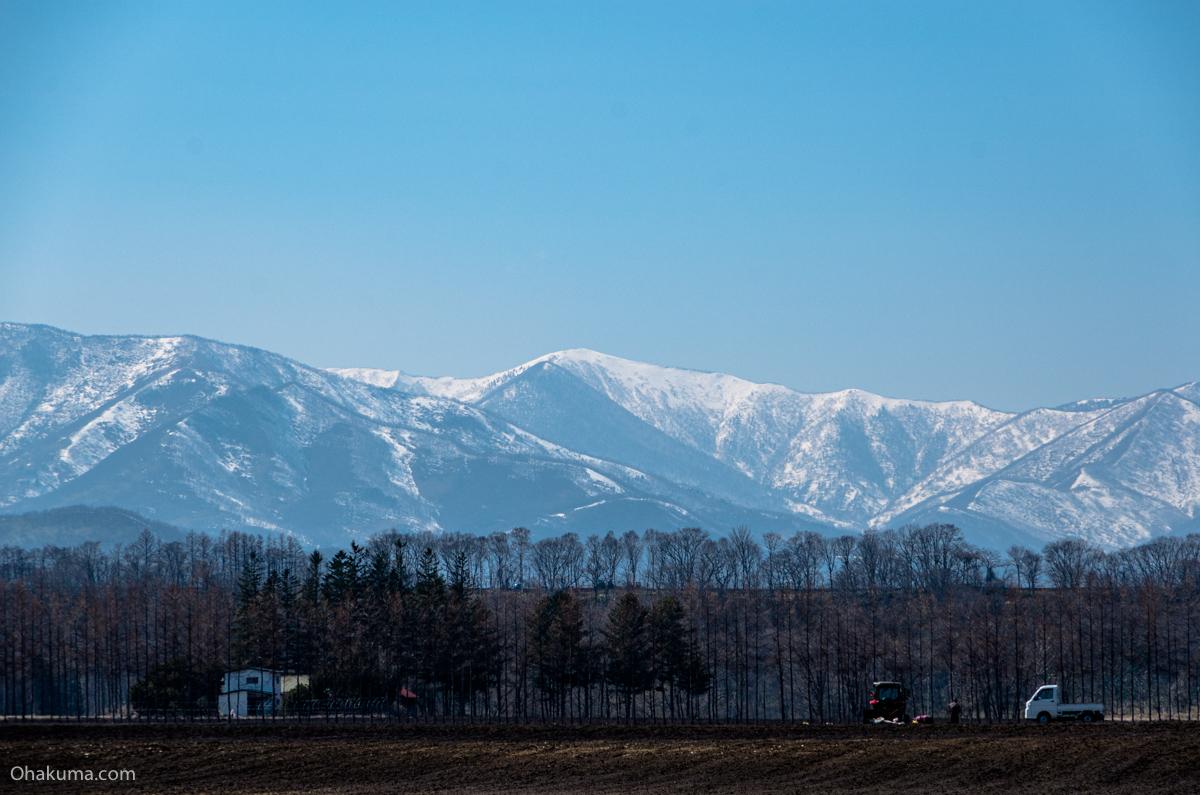 山が遠くにある農村風景