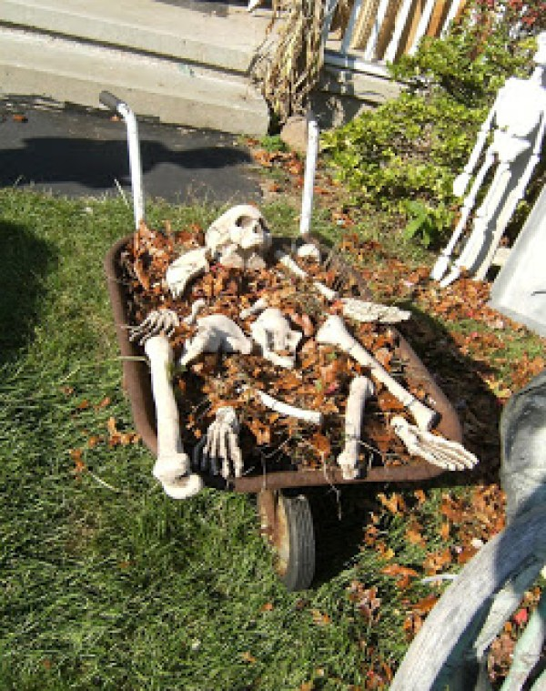 DIY Skeleton Cemetry- The Best DIY Halloween decorations for outdoor and yard to turn your porch into a haunted house. How to make graveyards, spider webs, chicken wire ghosts and other awesome and scary. These are so easy to make even kids can do them. #halloween #halloweendecorations