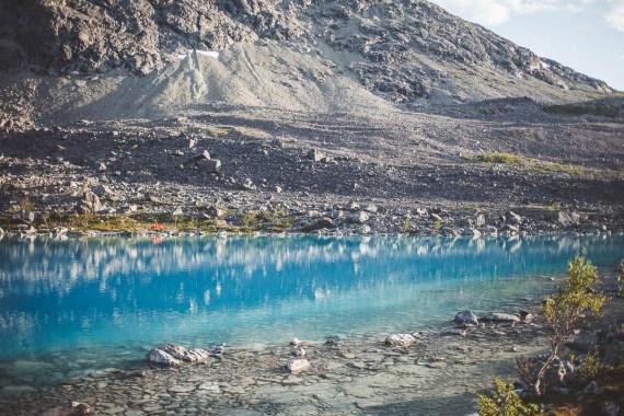 Blåvatnet, en klarblå sjö fylld med iskallt glaciärvatten