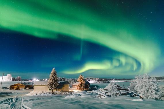 Ett virvlande norrsken på himlen