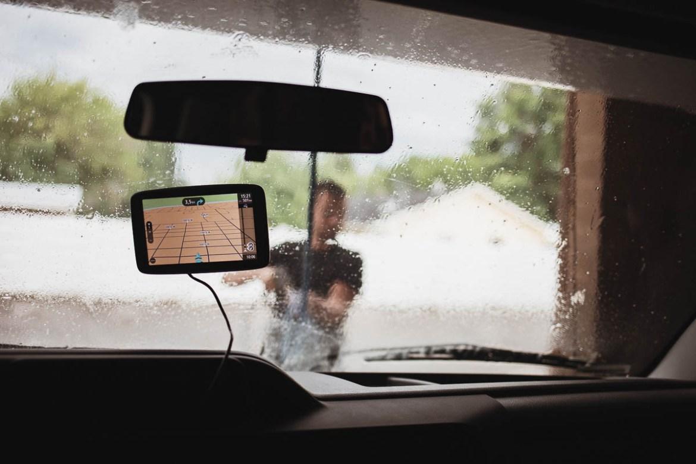 Jag och TomTom sitter tryggt kvar i husbilen medan Kenny tvättar utsidan.